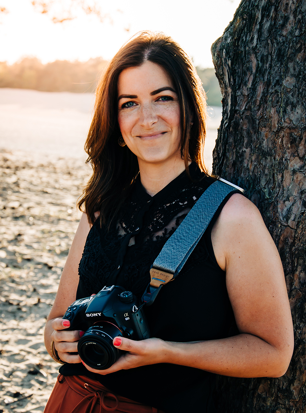 DVO fotografie - Denise van Oers - Lachende vrouw met camera