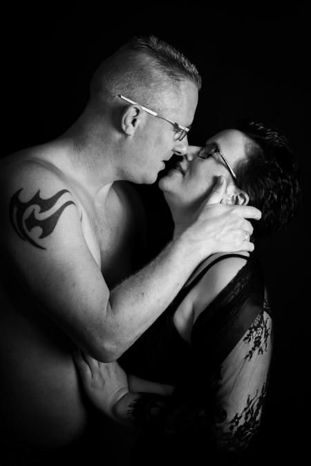 DVO Fotografie - Boudoir koppel willen elkaar gaan zoenen zwart wit